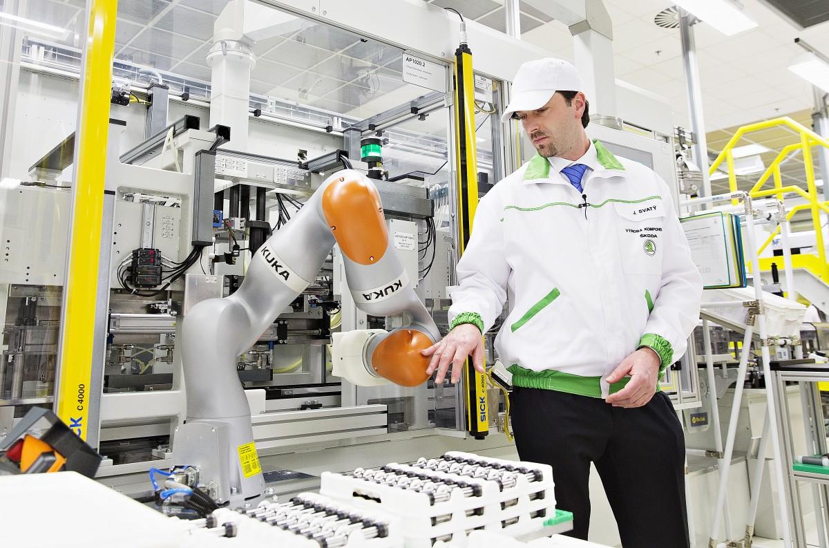 Díky citlivým senzorům, na každé z jeho celkem sedmi os, zakládá robot písty řazení rychlostí s největší přesností. Senzory přitom registrují případný kontakt se zaměstnancem. Tím je stále zajišťována jeho bezpečnost.
